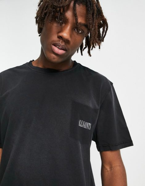 AllSaints - Ayers - T-Shirt in verblichenem Schwarz mit Aufnäher