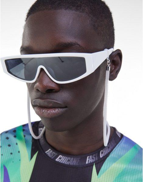 Bershka - Sonnenbrille mit Kettendetail in Weiß