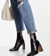 ASOS DESIGN - Embrace - Stiefel aus Leder in Schwarz mit hohem Absatz und eckiger Zehenpartie, weite Passform
