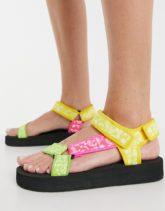 ASOS DESIGN - Fix Up - Sportliche Sandalen mit buntem Bandana-Muster-Mehrfarbig