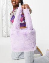 ASOS DESIGN - Mini-Tasche aus Kunstfell in der Farbe Flieder-Violett