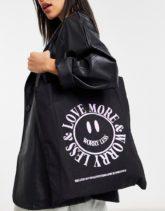 """ASOS DESIGN - Shopper-Tasche aus Baumwolle mit """"Love More""""-Print-Schwarz"""